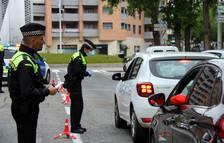 Dos agents de la Guàrdia Urbana de Tarragona durant un control de trànsit al carrer Joan Miró, durant el període de confinament.