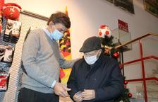 El president del Nàstic entrega el carnet d'abonat al soci número 1