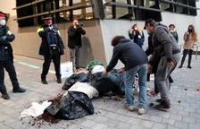 Los restauradores de Tortosa tiran basura a la delegación del Govern