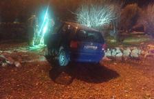 Un coche se accidenta en una rotonda de Tortosa