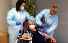 Antònia Sedó, de 93 anys, és la primera resident vacunada contra la covid a l'Ebre