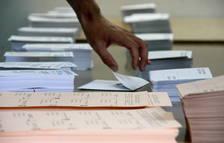Una mà enmig de butlletes al Congrés i el Senat en les eleccions del 26-J.