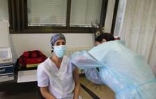 Els usuaris i personal de la Residència de Gent Gran L'Ermita de Creixell reben la vacuna