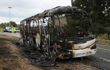 Quema completamente un autobús que transportaba trabajadores al complejo petroquímico de Repsol
