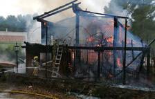Els Bombers donen per controlat l'incendi d'una casa de fusta a Santa Marina de Pratdip