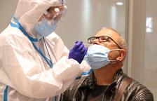 Un ciudadano se somete a una prueba PCR