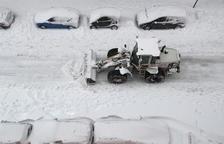 Una máquina saca la nieve de una de las calles de Madrid.