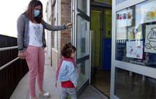 Una madre acompañadora a su hija a su jardín de infancia.