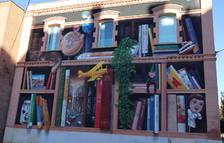 La Biblioteca Xavier Amorós de Reus llueix un gran mural a la façana lateral