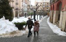 Los pueblos del Priorat siguen retirando la nieve acumulada con excavadoras y tractores