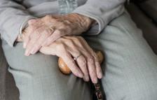 Los estafadores se aprovechan de las personas mayores que viven solas.