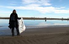 Imagen de archivo de una mujer durante la jornada del Día Mundial de las Zonas Húmedas en la playa del Trabucador.