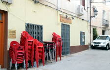 El Bar La Cooperativa de Paüls cerrado, como medida de precaución para controlar el brote.