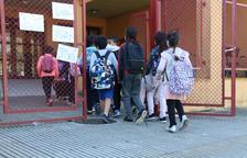 Uns alumnes entrant a l'escola la Farga de Salt.