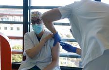 Una professional sanitària en el moment de ser vacunada.