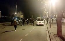 Imagen que recoge el momento de los enfrentamientos entre jóvenes y Mossos d'Esquadra