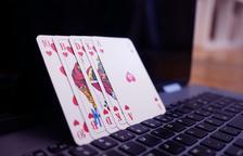 Unas cartas de póquer sobre un ordenador