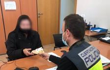 Detinguda per robar la pensió al matrimoni que cuidava