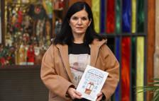 Monika Escuer Ros delante de la tienda de El Barato de Reus, con el primer cuento que escribió.