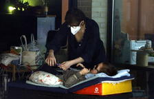 Imatge d'arxiu d'una mare cuidant al seu fill.