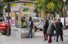 Imatge del punt de venda de la Rambla Nova amb Compte de Rius, amb Josep Lluís atenent un client al matí d'ahir dijous.