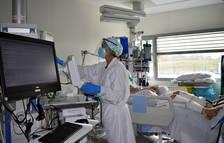 Uno de los boxs del UCI del hospital Santa Caterina de Salt con un paciente ingresado por coronavirus.