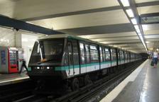Recomanen ni parlar ni trucar per telèfon al metro de França
