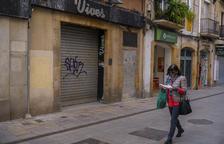 El carrer August és un dels del centre de la ciutat amb més locals buits i que acumula més brutícia.
