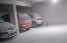 Imatge d'algun dels vehicles i un dels extintors del pàrquing.