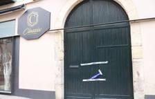Precinte a la porta d'entrada del local d'oci nocturn, situat al raval de Robuster de Reus.