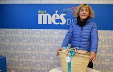 Guadalupe Ramón recull la cistella Caprabo del sorteig del Diari Més