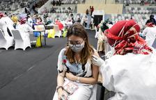 Les vacunes de covid-19 administrades al món superen el nombre de persones contagiades