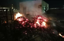 Els Bombers actuen a Amposta per apagar un incendi de restes vegetals