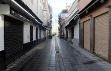 Paisatge insòlit a Sitges per Carnaval: carrers buits de visitants i locals amb persianes abaixades