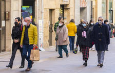Gent amb mascareta passejant per Tarragona.
