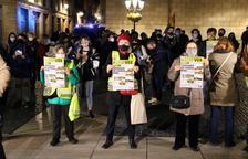 Un centenar de personas se manifiestan en la plaza Sant Jaume contra la entrada de Vox en el Parlament