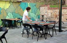 El copropietari del restaurant Botànic de Tortosa parant taules a la terrassa de l'establiment abans de la reobertura del migdia.