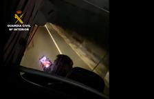 Imagen del conductor con el móvil en la mano mientras conducía el autobús.