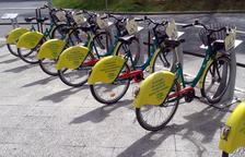 Una filera de bicis en una estació de Girocleta.