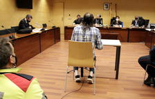 De espaldas, el acusado durante el juicio.