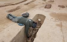 Els arqueòlegs treballant en el desenterrament de cossos a la fossa del Mas de Santa Magdalena de Móra d'Ebre.