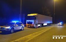 Los Mossos d'Esquadra después de parar en Viladasens al camionero que zigzagueaba por la AP-7.