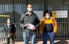 Imatge de tres membres de 'Tú Patria' després de presentar la denúncia.
