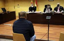 De espaldas, el acusado de abusar sexualmente de la hijastra en Girona.