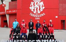 El president del Club Gimnàstic, Josep Maria Andreu, acompanyat del vicepresident, Josep Francesc Ferrer, i d'esportistes i tècnics de l'entitat.