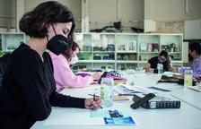 Imatge d'una alumna en una classe d'Il·lustració.