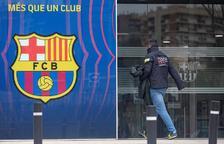 Un agent dels Mossos d'Esquadra entrant a les oficines del FC Barcelona aquest dilluns.