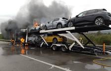 Les flames cremant la cabina i part dels vehicles.