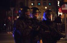 Tres antidisturbios de los Mossos con pistolas de foam en el centro de Barcelona.