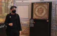 L'artista Jordi Abelló, durant la presentació del vídeo al costat del mosaic de Medusa.